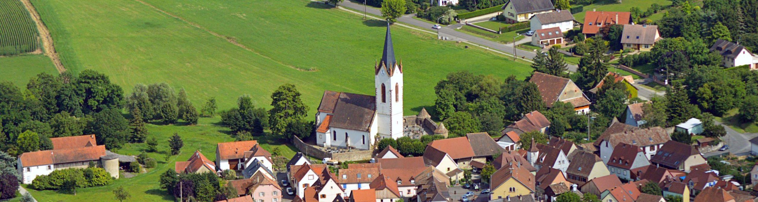 vue aérienne du village de Hartmannswiller avec l'église au centre