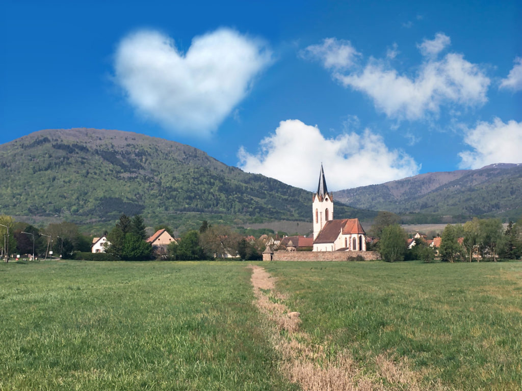 Vue du village avec un nuage en forme de coeur